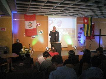 CVJM-Präses Karl-Heinz Stengel begrüßt die Teilnehmerinnen und Teilnehmer
