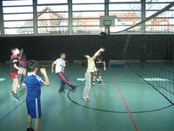 Die Mädchen pritschen den Ball ,und die Jungen freuen sich mit ihnen