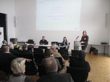 Miriam Calabrese stellt die Arbeit des Integrationsreferates bei einer Integrationstagung der IG Metall Wolfsburg vor