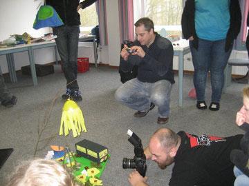 Martin Scott (hockend mit kleinem Fotoapparat) in Aktion beim CVJM Landesverband Hannover