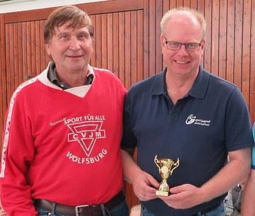 Thomas Dyszack (rechts) und Manfred Wille beim Finale der Volleyball-Pausenliga an der Bunten Grundschule Wolfsburg-Westhagen