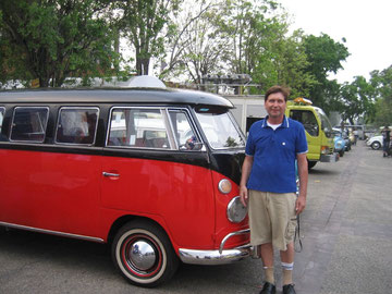 Manfred Wille in Chiang Mai vor einem VW-Bulli