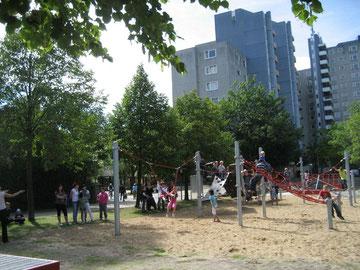 Der attraktive Spielplatz beim Wendehammer der Dessauer Straße wird eröffnet: Viele Kinder sind dabei und Toben ausgelassen auf Spielgeräten herum