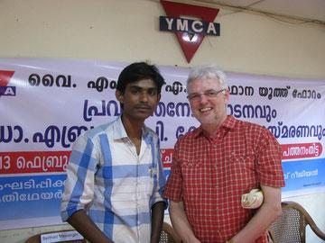 Erich Schnau-Huisinga (rechts) mit Solvin in Kerala/Südindin bei einer internationalen Jugendfreizeit