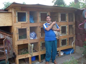 Valerie Seifried mit Zippe Maria vor seinem neuen Kaninchenstall