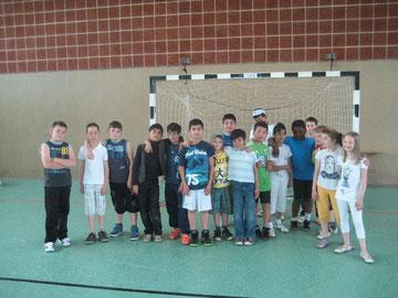 Die Fußballerinnen und Fußballer vor dem Spiel der Fußball-Pausenliga