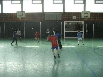Entspannter Kick: Die Klassen 4b und 3a spielen gemeinsam Fußball