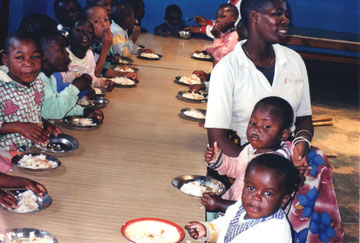 Bambini a Usokami durante il pranzo