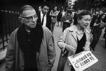 """Simone de Beauvoir og Jean-Paul Sartre uddeler det af regeringen forbudte venstreradikale blad """"La Cause du Peuple"""""""