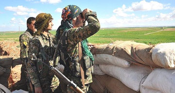 SDF-styrker i udkanten af den befriede by Shadadi