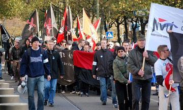 """""""Nederlandse Volks-Unie"""" marcherer i Den Haag"""