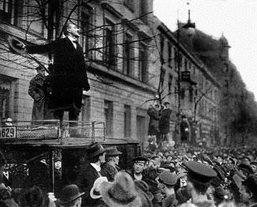 Karl Liebknecht holder tale ved en demonstration foran indenrigsministeriet i Berlin