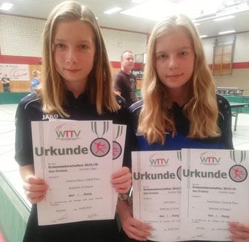 Goldig: Vanessa Klaus (l.) und Isabel Klaus gewannen gemeinsam den Titel im Mädchen-15-Doppel.