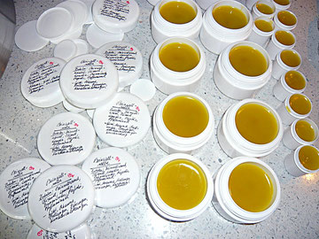 beinwellsalbe 2 (wurzeln und olivenöl, lanolin, bienenwachs, propolis- und pfefferminzöl)