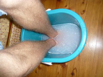 kernseifen-fußbad mit harzkügelchen