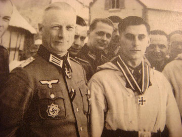 Division Commander of 198. Infanterie-Division from 18.01.1945 to April 1945;  Major i.G. Konrad Grauer. Next to him his Hauptmann Zeiher who was just awarded the Knights Cross