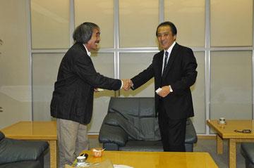 挨拶に訪れた風間さんと握手を交わすのはヤマハ発動機・柳社長