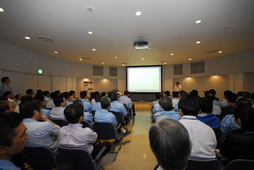 ヤマハ発動機の社内で行われた報告会にはした100名ほどの社員が出席
