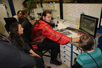 Im Vordergrund Bernd Schmölzing mit unserer Gruppe und am hinteren Mikroskop übt Martin noch das Scharfstellen der Obtik ;-)