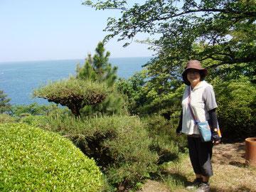 記念碑のある場所からの眺望。「製紙工場などない江戸時代にはすばらしい海だったのでしょう」と多万さん