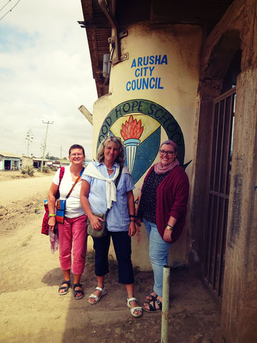 Arusha, August 2017: Jutta Friedrich, Ursula Riedel und Franziska Riedel (v.l.n.r.) am Tor der Good Hope School