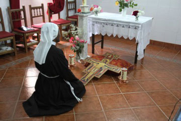 NOVICIA ORANDO ANTE EL CRISTO DE SAN DAMIÁN