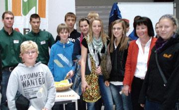 SchülerInnen der 4. Klasse beim Stand der Fa. Schütz (Weißenkirchen)