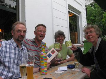 Martin freud sich beim Stammtisch im Juli über das Geschenck