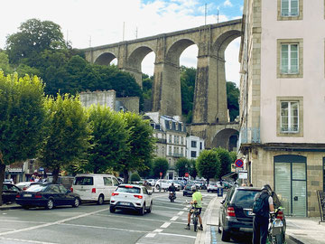 Der imposante Eisenbahnviadukt mitten durch die Stadt, ist ein Wahrzeichen von Morlaix.