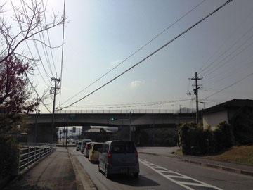 高松自動車道の下をくぐります。