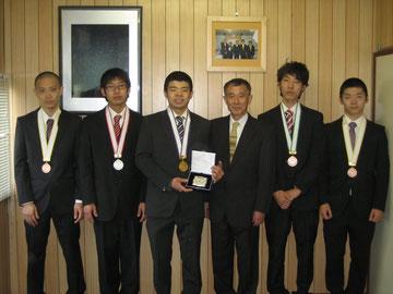 25年度、金・銀・銅・敢闘賞受賞者と秋山社長