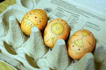 nach dem zweiten Farbbad wird das Ei erneut verziert