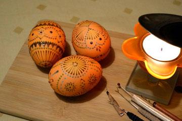 nach dem zweiten Farbbad in orange  wird das Ei erneut verziert