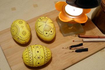 Sorbisches Osterei, mit Nadeln wird das Ei erneut verziert