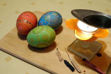 nach dem dritten Farbbad sieht jedes Ei anders aus und wird weiter verziert