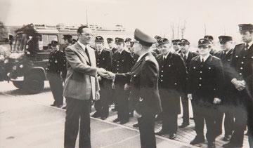 Otrbrandmeister Broermann u. Samtgemeinde Bürgermeister Geers 1977