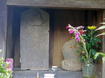 一猿の庚申塔とおなで石