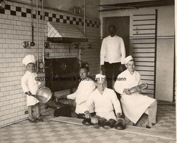 Bild von 1937: v.l.n.r.: Sigfried Heinemann (6. Generation), Karl Heinemann (5. Generation), Paul Heinemann (4.Generation) und zwei Gesellen.