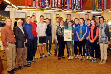 Vertreter von LVN, Kreis und Stadt kamen zur Verleihung der Anerkennungsurkunde an das LAZ Rhede in den Besagroup-Sportpark.