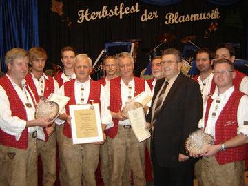 Die Jubilare werden von Manfred Stein,    1. Vorsitzender des  KMV, geehrt