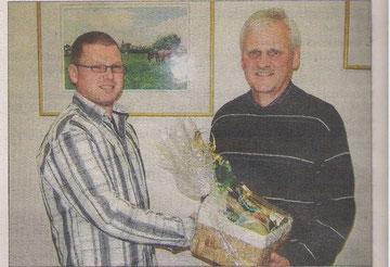 Mit einem Präsent dankt Stephan Kohl (links) dem scheidenden Vorsitzenden Friedhelm Klees