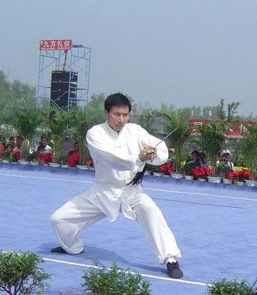 Chen Bing bei einer Schwertdemo in Chenjiagou 2011