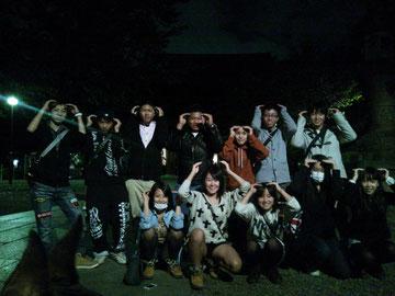 夜の墓場の中学生