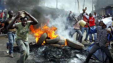 14 giu 2016 18.12 - Barricate in fiamme durante le proteste dei sostenitori dell'opposizione a Nairobi.