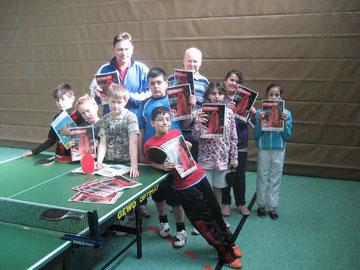 Die Kinder freuen sich über den Artikel und das Foto im LSB-Magazin des LandesSportBundes Niedersachsen. Günter Donath (rechts) und Ingo Sillge (links)