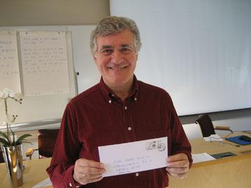 Juan Simoes Iglesias mit CVJM-Briefmarken aus Wolfsburg