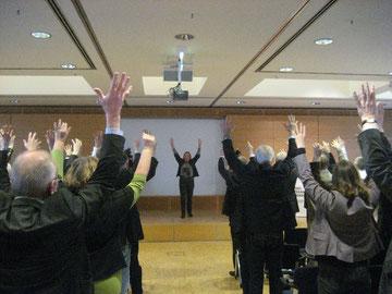 Rita Girschikowsky wärmt die Teilnehmerinnen und Teilnehmer zwischen den Referaten auf