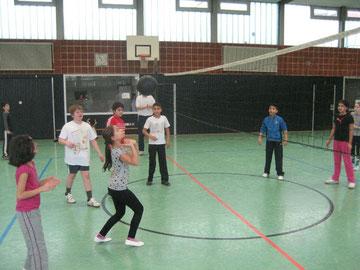 Mädchen pritschen den Ball bei der Volleyball Pausenliga ein