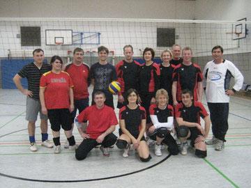 Trotz bitterer Kälte draußen: Die Volleyballerinnen und Volleyballer lächeln in die Kamera