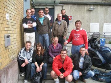 Die Wolfsburger Sozialsportler stellen sich dem Fotografen. Zeeiter von links in der hinteren Reihe: JVA-Sportbetreuer Dietmar-Gero Meyer